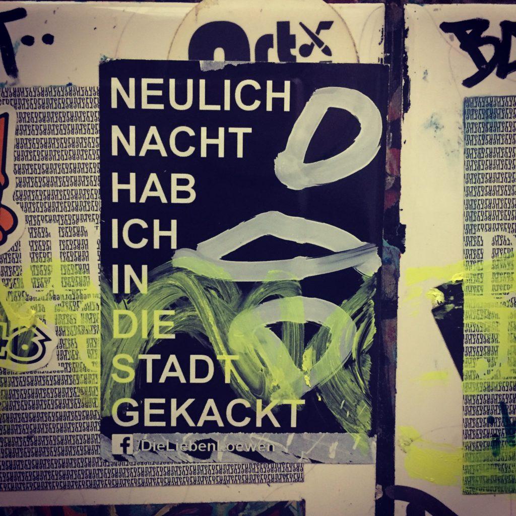 Sticker mit dem Text: Neulich Nacht habe ich in die Stadt gekackt